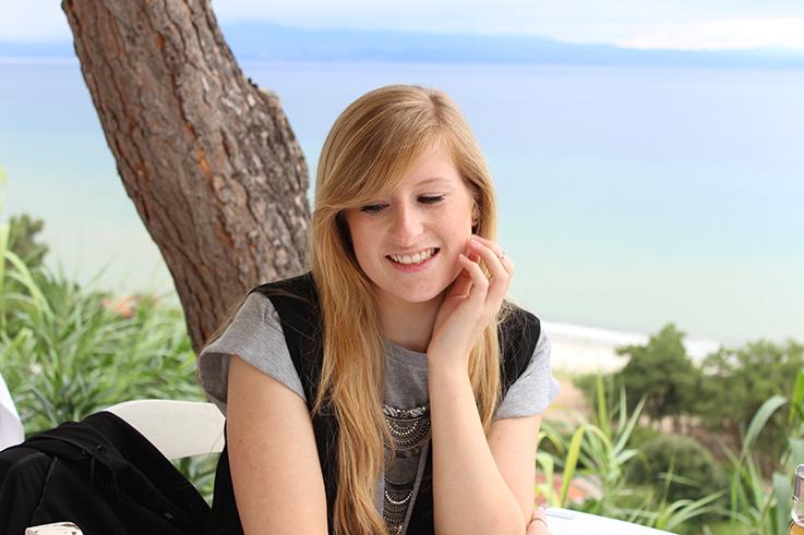 Reiseblog Urlaub Griechenland Meer Strand Pool Review lange Haare blond schwarzer Blazer
