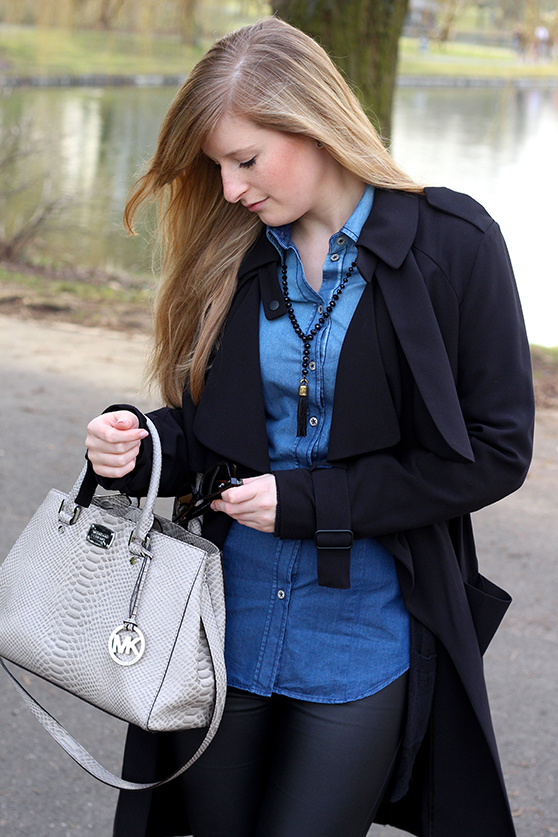 Winter Outfit OOTD Blog schwarzer Trenchcoat blaue Jeansbluse Seidensticker kombinieren Lederleggins Michael Kors Tasche 6
