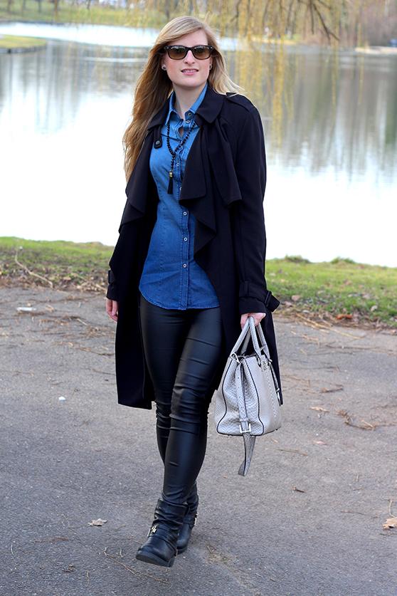 Winter Outfit OOTD Blog schwarzer Trenchcoat blaue Jeansbluse kombinieren Lederleggins Biker Boots Michael Kors Tasche 3