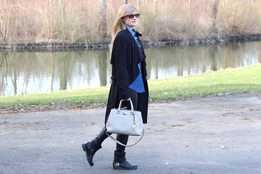 Winter Outfit OOTD Blog schwarzer Trenchcoat blaue Jeansbluse kombinieren Lederleggins Biker Boots Michael Kors Tasche 5