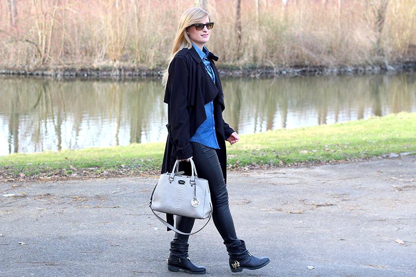 Winter Outfit OOTD Blog schwarzer Trenchcoat blaue Jeansbluse kombinieren Lederleggins Biker Boots Michael Kors Tasche
