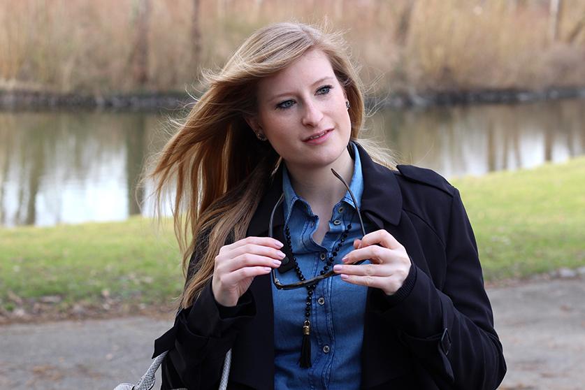 Winter Outfit OOTD Blog schwarzer Trenchcoat blaue Jeansbluse kombinieren Modeblog Fashionblog Deutschland Bonn 4