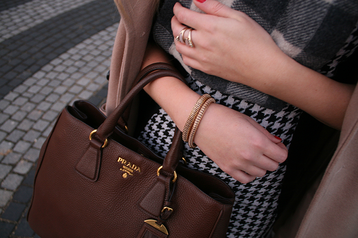 braune Prada Tasche goldener Schmuck Armband Ring Burberry Rundschal Weihnachten Outfit OOTD Blog 3