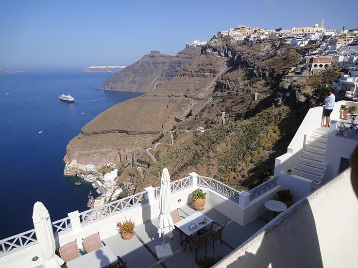 Blick_vom_Balkon_Santorin_Weiße_stadt_Griechenland_Travelblog_brinisfashionbook_Reisetipps_Reiseziele_Europa _Reiseberichte
