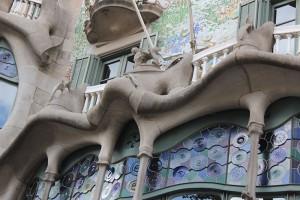 Casa_Battlo_Antoni_Gaudi_Barcelona_Frontansicht_Sehenswürdigkeit_Reisetipp_Travelblog_Fensterfront