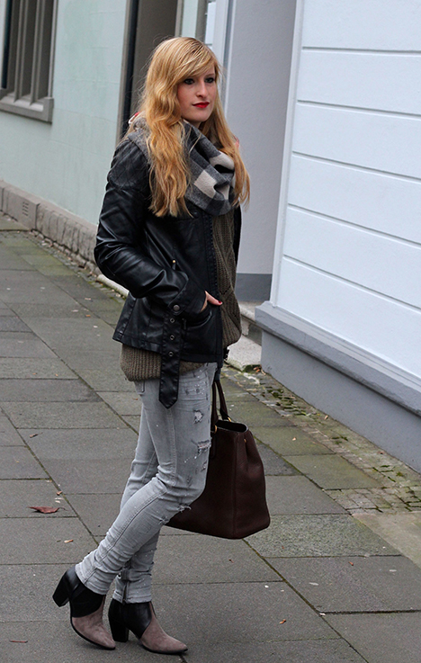 Casual Look Graue Ripped Jeans schwarze Lederjacke braune Prada Tasche Leder Stiefeletten kombinieren Blog OOTD Köln 1