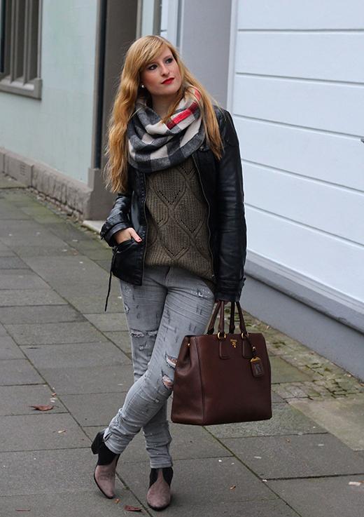 Casual Look Graue Ripped Jeans schwarze Lederjacke braune Prada Tasche Leder Stiefeletten kombinieren Blog OOTD Köln 3