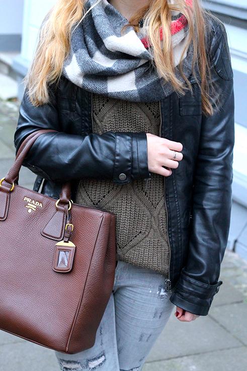 Casual Look Graue Ripped Jeans schwarze Lederjacke braune Prada Tasche Leder Stiefeletten kombinieren Blog OOTD Köln 4