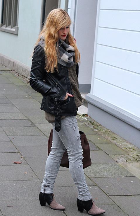 Casual Look Graue Ripped Jeans schwarze Lederjacke braune Prada Tasche Leder Stiefeletten kombinieren Blog OOTD Köln 6