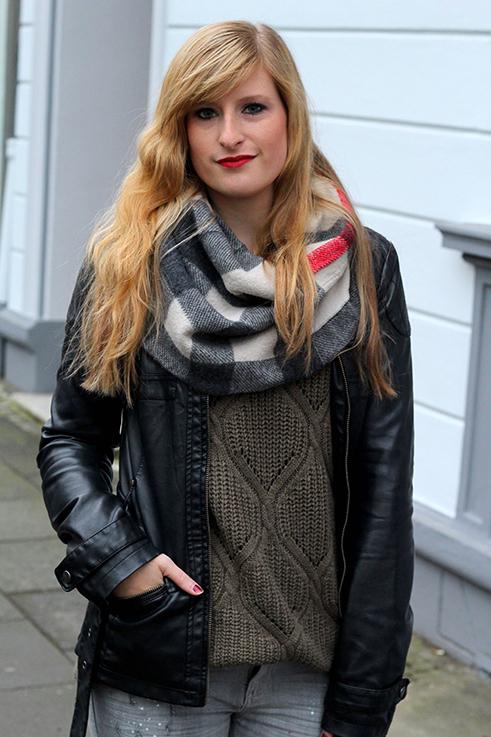 Casual Look Graue Ripped Jeans schwarze Lederjacke braune Prada Tasche Leder Stiefeletten kombinieren Blog OOTD Köln 7