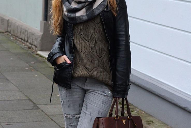 Casual Look Graue Ripped Jeans schwarze Lederjacke braune Prada Tasche Leder Stiefeletten kombinieren Blog OOTD Köln T