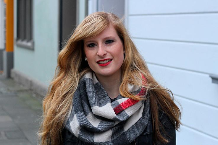 Casual Look lange Haare blond roter Lippenstift schwarze Lederjacke Burberry Rundschal kombinieren Blog OOTD Köln 2