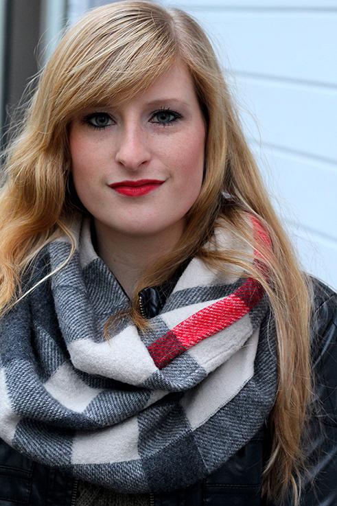 Casual Look lange Haare blond roter Lippenstift schwarze Lederjacke Burberry Rundschal kombinieren Blog OOTD Köln 5