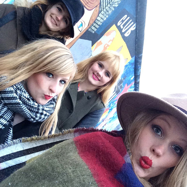 Fashion Blogger Bloggerinnen in Berlin streetstyle Winter OOTD Modeblogger when-love-speaks Brinis FashionBook Des-Belles-Choses Verlottert Selfie Duckface