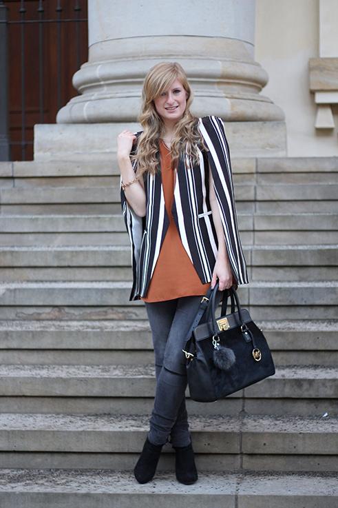 Fashion Week Outfit MBFW Cape-Blazer Statement, Skinny Jeans schwarze Stiefeletten OOTD 4 Modebloggerin