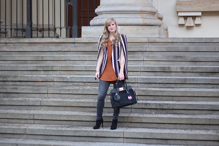 Fashion Week Outfit MBFW Cape-Blazer Statement, Skinny Jeans schwarze Stiefeletten OOTD 7