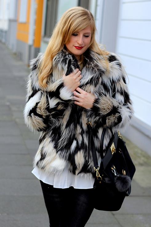 Kunstfelljacke Muster H&M OOTD schwarze skinny Jeans Zara Kunstfell weiße Bluse Asos Blog 9