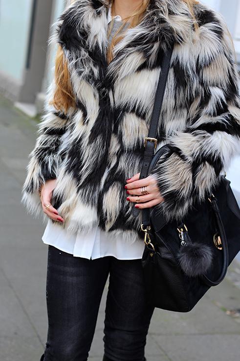 Kunstfelljacke Muster OOTD Weihnachten Weihnachtsoutfit schwarze Michael Kors Handtasche Kunstfell weiße Bluse Blog 8