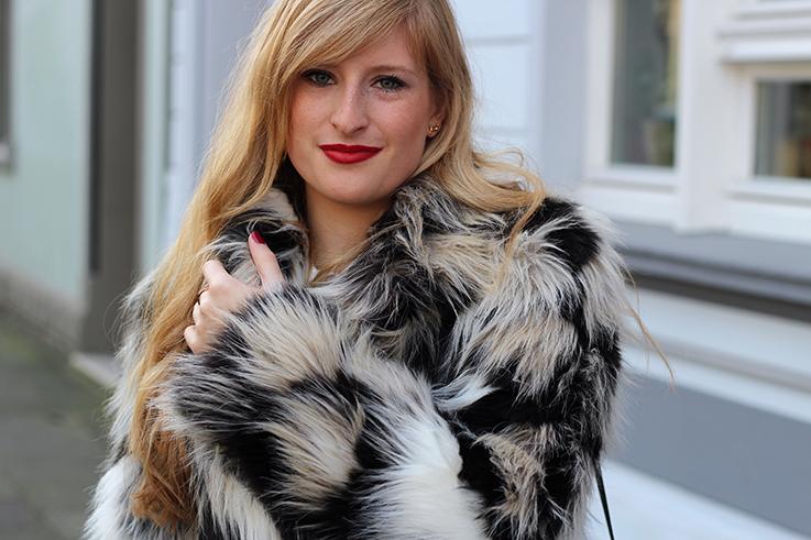Kunstfelljacke Muster OOTD Weihnachten schwarze Michael Kors Handtasche Kunstfell Modeblog 5