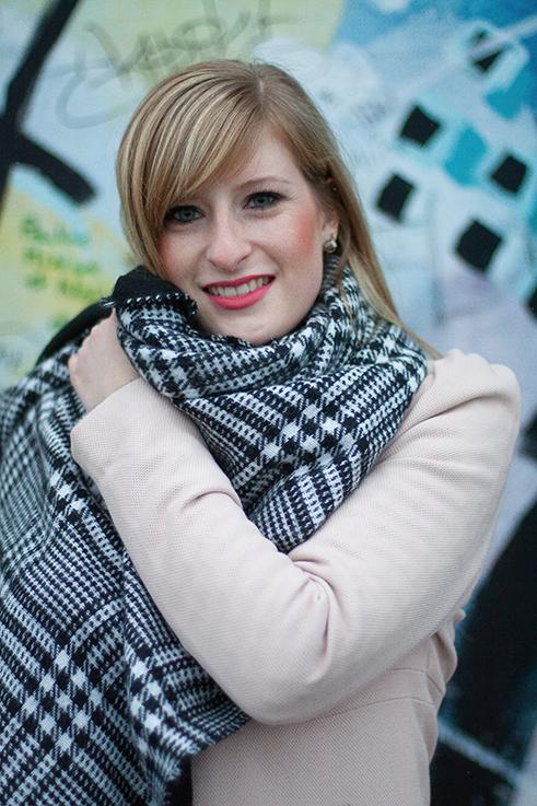 Layering Rosa Mantel Zara pinker Lippenstift schwarz weiß karierter Schal n streetstyle Blog Berlin 3