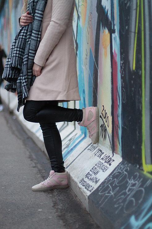 Layering Rosa Mantel Zara schwarz weiß karierter Schal Rosa Puma Sneaker Alexander McQueen streetstyle Blog Berlin 2
