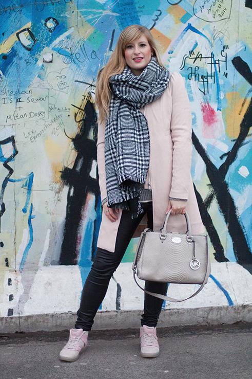 Layering Rosa Mantel Zara schwarz weiß karierter Schal Rosa Puma Sneaker Alexander McQueen streetstyle Blog Berlin 4