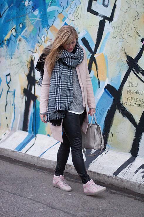 Layering Rosa Mantel Zara schwarz weiß karierter Schal Rosa Puma Sneaker Alexander McQueen streetstyle Blog Berlin 9