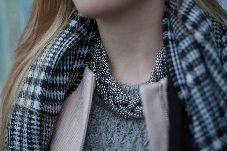Layering Rosa Mantel Zara schwarz weiß karierter Schal grauer Pullover H&M kombinieren streetstyle Blog Berlin 5