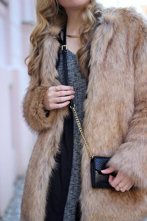 MBFW OOTD Berlin Outfit langes Wollkleid Asos Fake Fur Jacke Felljacke Zara streetstyle goldener Schmuck 2