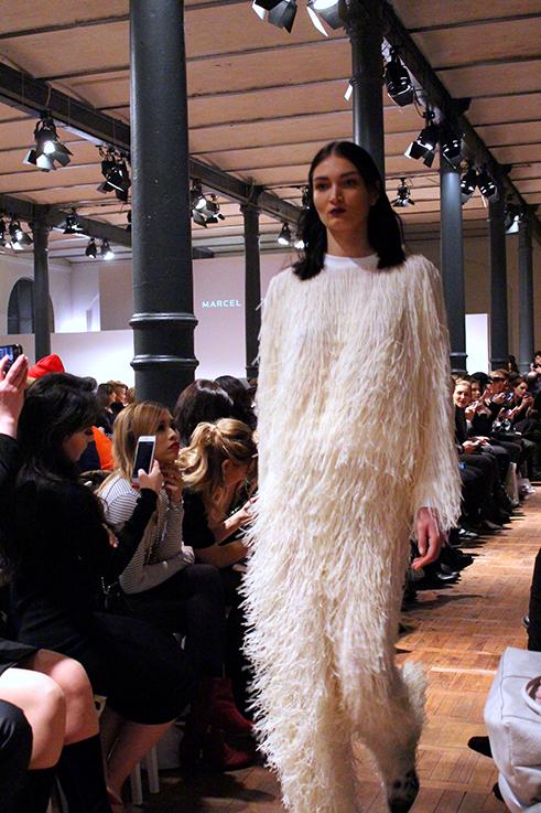 Marcel Ostertag Fashionshow Rain Herbst : Winter 2016 Januar Fashion Week Berlin Fransenoutfit Kunstpelz