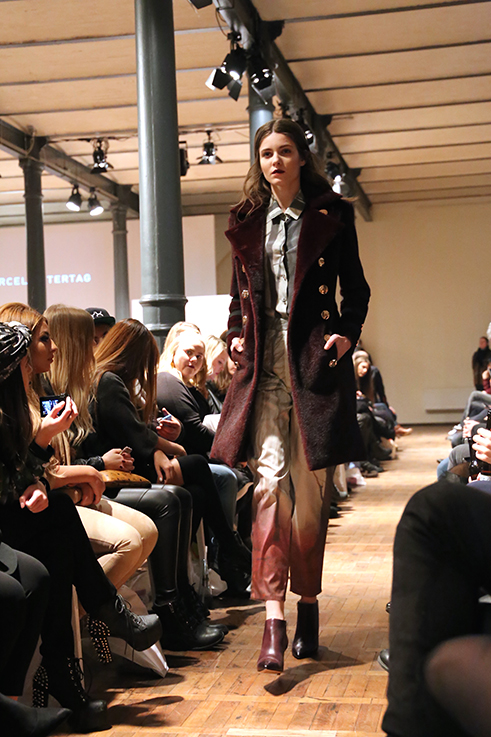 Marcel Ostertag Fashionshow Rain Herbst : Winter 2016 Januar Fashion Week Berlin Hosenanzug Trench weinrot