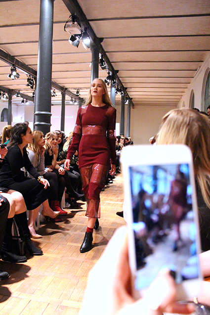Marcel Ostertag Fashionshow Rain Herbst : Winter 2016 Januar Fashion Week Berlin Kleid Weinrot Snapchat