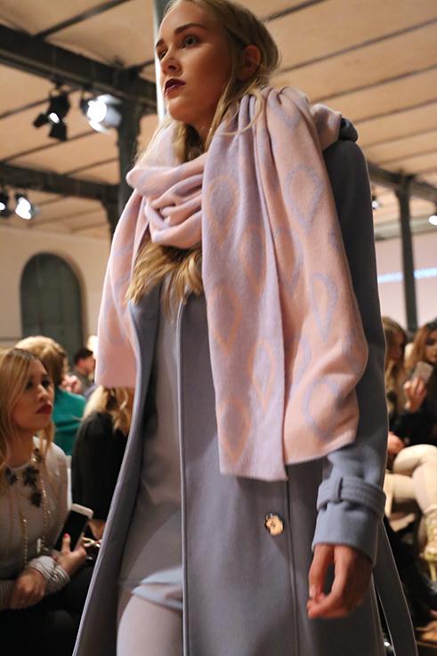 Marcel Ostertag Fashionshow Rain Herbst : Winter 2016 Januar Fashion Week Berlin hellblau Trenchcoat rosa Schal