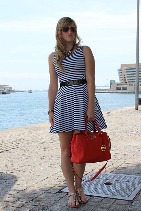 Outfit_rote_Michael_kors_Hafen_Barcelona_Travelblog_Reisetipp