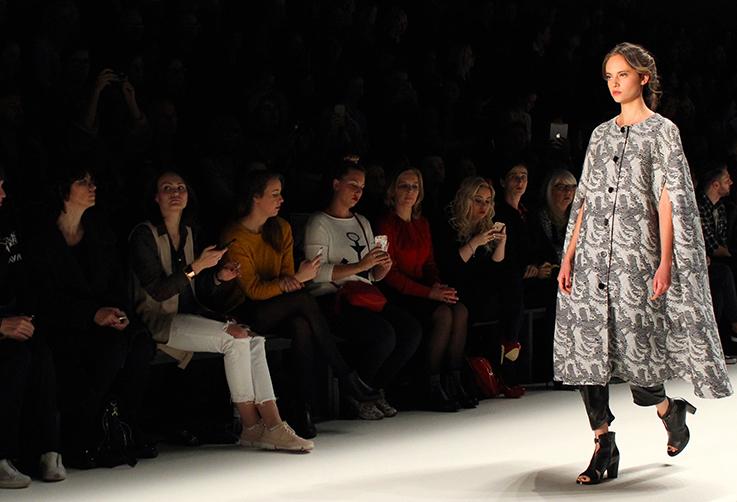 Rebekka Ruétz Kollektion Herbst : Winter 16:17 So close, So far Tirol Fashion Show MBFW Berlin 2016 Januar Mantel Model T