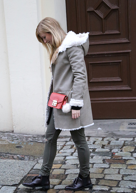 Reiseoutfit Ledermantel Fell Zara Maple Furla Bommel Fashion Week Berlin streetstyle 9