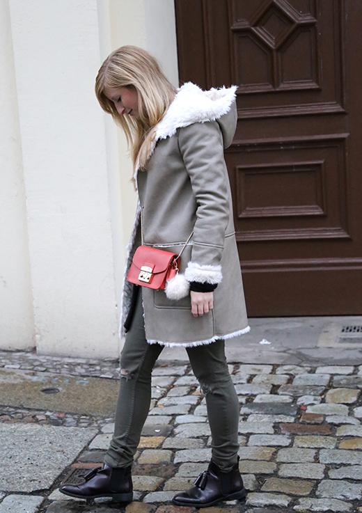Reiseoutfit Ledermantel Fell Zara Maple Furla Bommel Fashion Week Berlin streetstyle 9