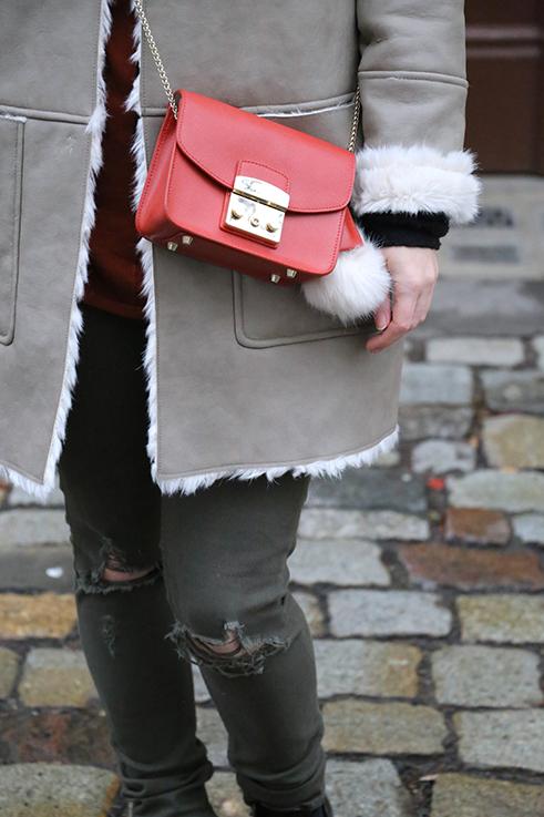 Reiseoutfit Ledermantel Fell Zara Maple Furla Bommel grüne Ripped Jeans kombinieren OOTD streetstyle 7