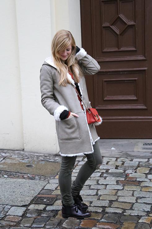 Reiseoutfit Ledermantel Fell Zara grüne Ripped Jeans kombinieren Fashion Week Berlin streetstyle 1