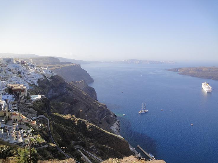 Weites_mittelmeer_unter_Santorin_in_den_bergen_Griechenland_Travel_Reisetipps_Reiseziele_Europa _Reiseberichte
