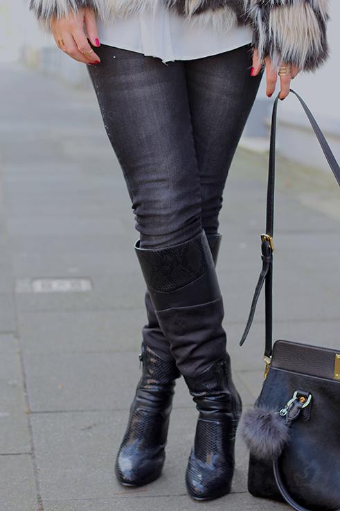 schwarze skinny jean schwarze Stiefel Asos Materialmix Michal Kors Tasche Kunstfell Plüschbommel Modeblog 4