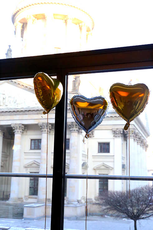 Alba Moda Blogger Brunch Hilton Berlin MBFW Blogger Event Modeblog Luftballons herz gold silber