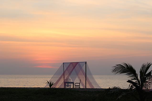 Hotelbericht_The_Haven_Khao_Lak_Reiseblog_Thailand_Tisch_am_Strand_Travelblog_Luxusresort
