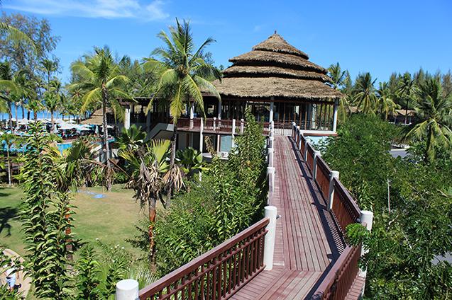 Hotelbericht_The_Haven_Khao_Lak_Reiseblog_Weg_zum_Haupthaus_Holzplanken_Travelblog_Luxusresort