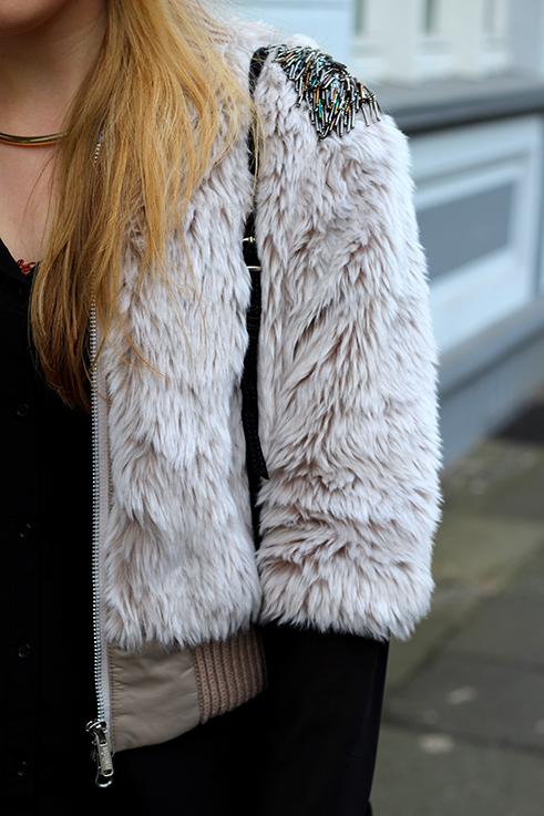 Kunstpelz Bomber Jacke im Layering kombinieren tragen Outfit Übergangszeit Fashion Blog Köln 2