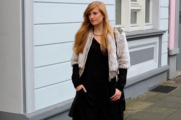 Kunstpelz Bomber Jacke im Layering, lange Bluse Outfit Übergangszeit Fashion Blog Köln 7