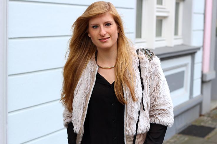 Kunstpelz Bomber Jacke im Layering, langer Bluse, Influencer Outfit Übergangszeit Fashion Blog Köln 3