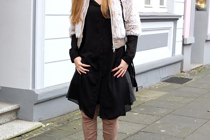 Kunstpelz Bomber Jacke im Layering, langer Bluse, Overknee Stiefel braun kombinieren Asos Fashion Blog Köln 9