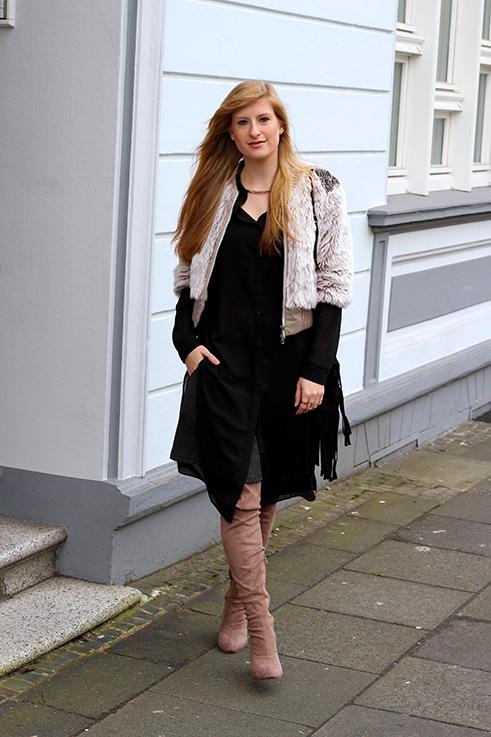 Kunstpelz Bomber Jacke im Layering, langer Bluse, Overknees Outfit Übergangszeit Fashion Blog Köln 1