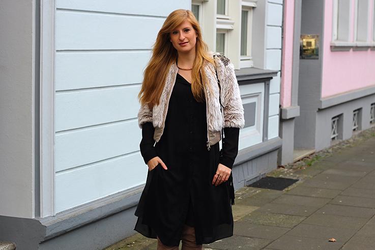 Kunstpelz Bomber Jacke im Layering, langer Bluse, Overknees Outfit Übergangszeit Fashion Blog Köln 91